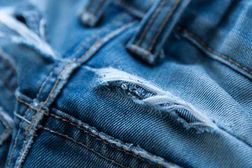 blauwe jeans met scheur van