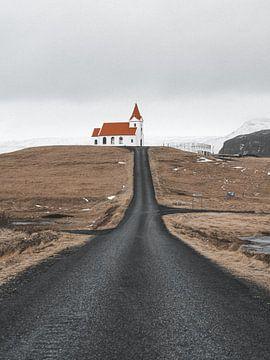 Kirche mit rot-orangem Dach auf einem Hügel bei Olafsvik, Island von Michiel Dros