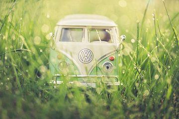 volkswagen busje in het gras van Kristof Ven