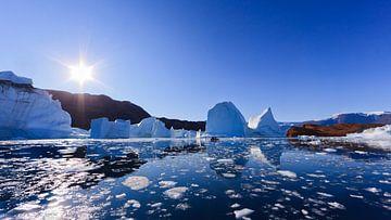IJsbergen in Røde Ø, Scoresby Sund, Groenland van Henk Meijer Photography