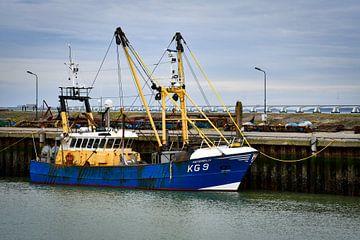 Vissersboot in de haven van Colijnsplaat van bart hartman