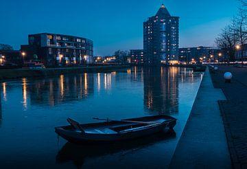 Der Bleistift in Apeldoorn während einer gefrorenen blauen Stunde. von Bart Ros