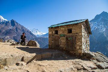 Even rusten onderweg, Sagarmatha National Park Nepal van Ton Tolboom