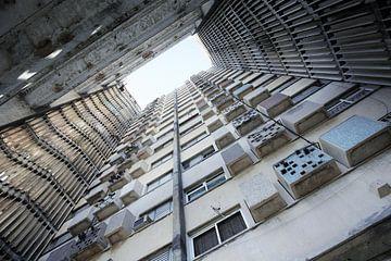 Grand vieil immeuble d'appartements dans un quartier délabré de La Havane, Cuba sur Tjeerd Kruse
