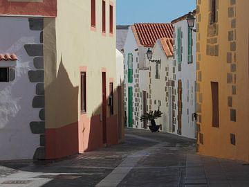 Streetscape in Aquimes at Gran Canaria von Ronald Smits
