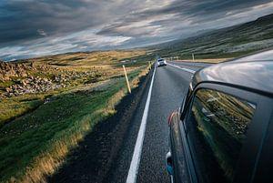 Terugblik op de snelweg op IJsland van Tom Rijpert