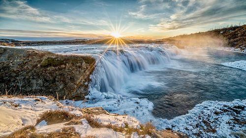 Zonsondergang boven de ijzige Faxi Waterval, IJsland van