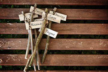 creatieve plantmarkers op een houten tafel met kruidennamen voor de landelijke tuin, doe het zelf co van Maren Winter