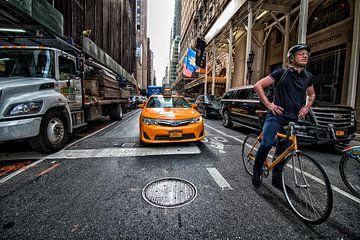 De taxi en de fietser in New York; wie is het eerst op de plaats van bestemming? van Studio de Waay