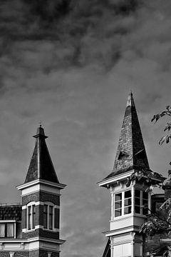 Twee torentjes op grachtenpanden aan de Oudegracht in Utrecht (1) von De Utrechtse Grachten