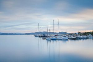 Kleine haven op het eiland La Maddalena, Sardinië van