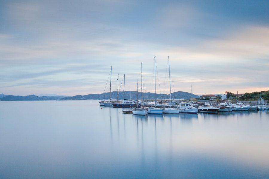 Kleine haven op het eiland La Maddalena, Sardinië