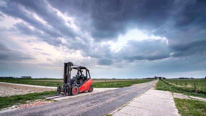 Heftruck op het platteland van Groningen van Martijn van Dellen
