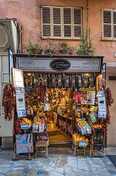 Magasin traditionnel de souvenirs gastronomiques dans le centre historique de Palma de Majorque. sur Alex Winter