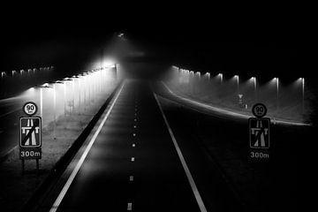 Autobahn bei Nacht und im Nebel von Lieven Tomme