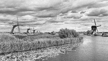 Windmolens in de buurt van een kanaal met dramatische wolken van Tony Vingerhoets