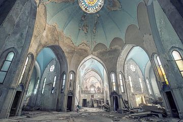 verlaten imposante kerk van