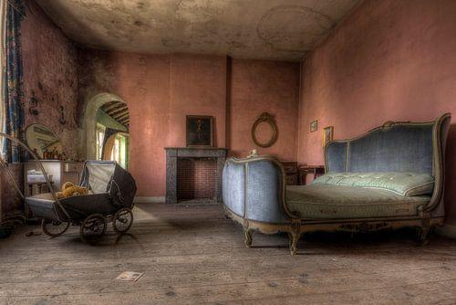 Urbex slaapkamer met kinderwagen