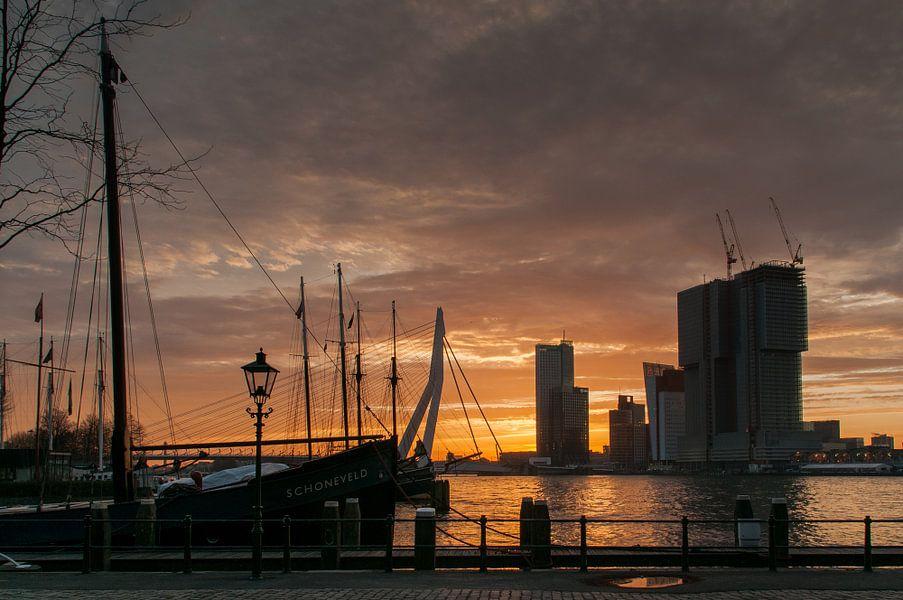 Rotterdam in de ochtendzon van Erik van 't Hof
