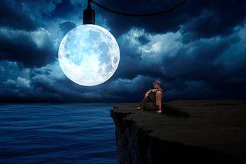 De surrealistische volle maan boven de zee van Ursula Di Chito