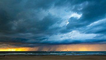 Wolkenbruch bei Sonnenuntergang von Maurice Haak