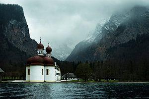 kerk in de bergen aan een meer