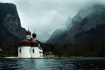 kerk in de bergen aan een meer van Jo Haegeman