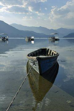 Nepal, Pokhara: Het Phewa-meer en de omliggende uitlopers, een landschap in blauwe tinten. van Michael Semenov