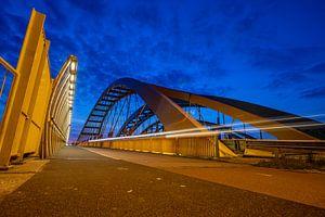 Hogeweidebrug of Gele Brug Utrecht in de avond