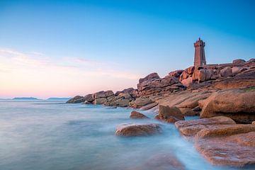 Phare de Ploumanac'h ou Phare de Men Ruz sur la côte de granit rose en Bretagne sur