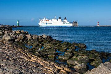 Mole und Schiff an der Ostseeküste in Warnemünde von Rico Ködder