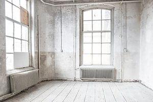 Verlaten school gebouw interieur met lichtval door de ramen