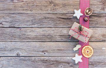Kerstgeschenkdoos met zoete koekjes, nootjes en sinaasappelschijfje van Alex Winter