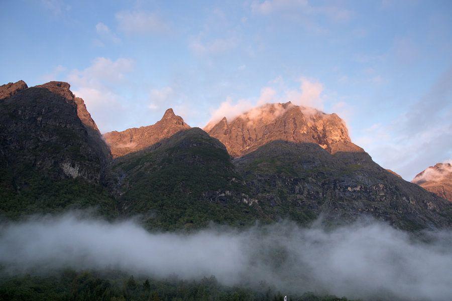 Storm wolken in de bergen Noorwegen