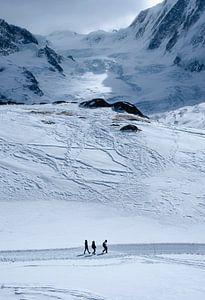 Wandelaars in de winterse Alpen van Ralph Rozema