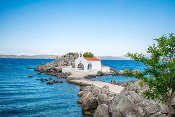 Kerkje aan het water in Griekenland van Reis Genie