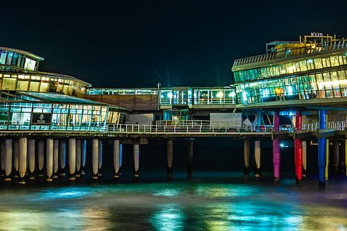 Kleurrijke avondopname van een deel de pier van Scheveningen