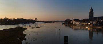 Winterse zonsondergang over de Ijssel bij Deventer