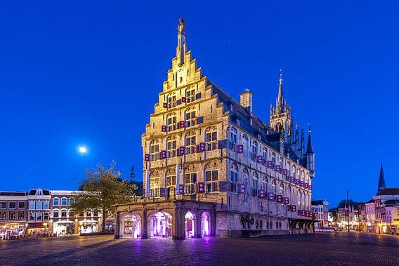 Stadhuis van Gouda tijdens een blauw uurtje