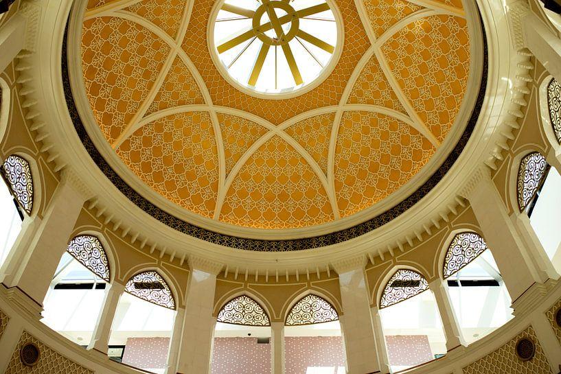 Witte oosterse architectuur in de mall of dubai. van Karijn   Fine art Natuur en Reis Fotografie
