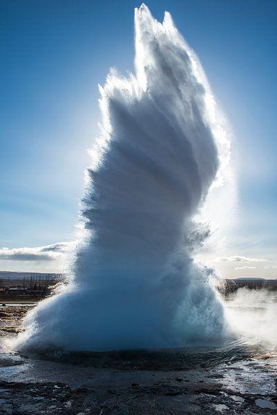 Eruptie van de beroemde geiser,  Strokkur van Gerry van Roosmalen
