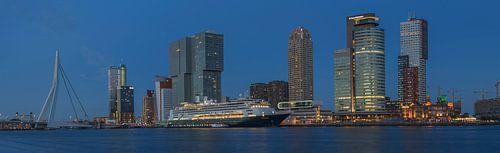 Panorama foto van de Rotterdamse skyline met de Erasmusbrug, de Kop van Zuid en het cruiseschip MS R van