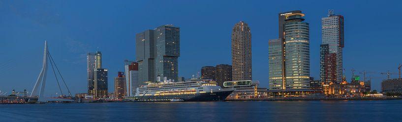 Panorama foto van de Rotterdamse skyline met de Erasmusbrug, de Kop van Zuid en het cruiseschip MS R van Leo Luijten