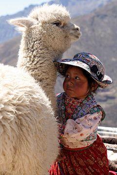 Mädchen mit Alpaka von Gert-Jan Siesling
