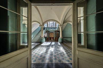 Türen zu großer Halle mit Treppe von Inge van den Brande