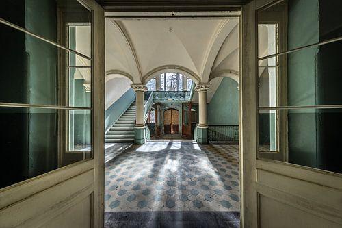 Deuren naar grote hal met trap van Inge van den Brande