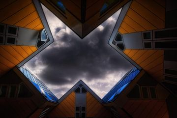 Kubus woningen van Rotterdam tegen donkere hemel. van Bart Ros