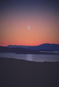 Sunset over mountains - Oranje - Zwart - Blauw - Zon - Maan  - Zonsondergang - Bergen - Natuur van Hendrik Jonkman