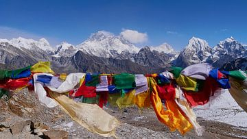 Gebetsfahnen mit Everestpanorama von Timon Schneider