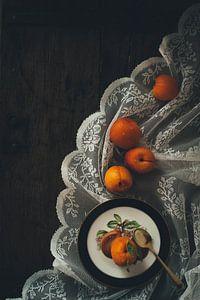 Stilleben mit orangefarbenen Aprikosen und Spitze im Stil alter Meister von From My Eyes